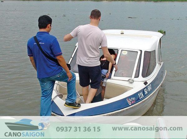 Nên lựa chọn đơn vị có kinh nghiệm đóng cano câu cá